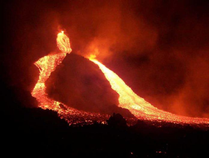 etna,-nuova-eruzione-nella-notte:-getti-di-lava-alti-un-chilometro