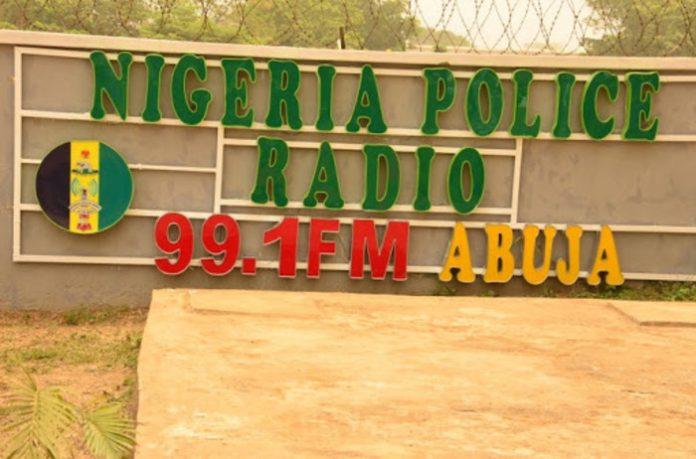 in-nigeria-operazione-simpatia-degli-agenti:-nasce-'police-radio'