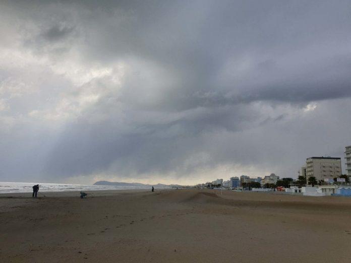 tromba-d'aria-sul-mare,-vento-forte-e-neve-nel-riminese
