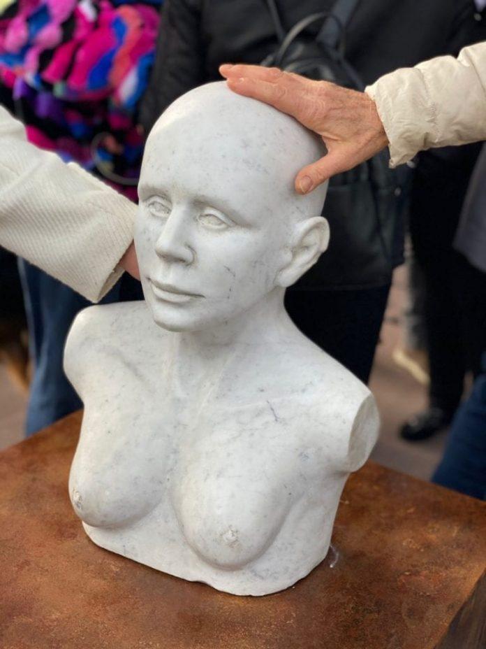 al-s.andrea-di-roma-la-statua-di-tagliaferrri-dedicata-alla-donna