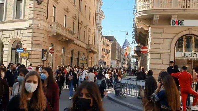covid,-folla-al-centro-di-roma:-chiusa-a-intermittenza-via-del-corso