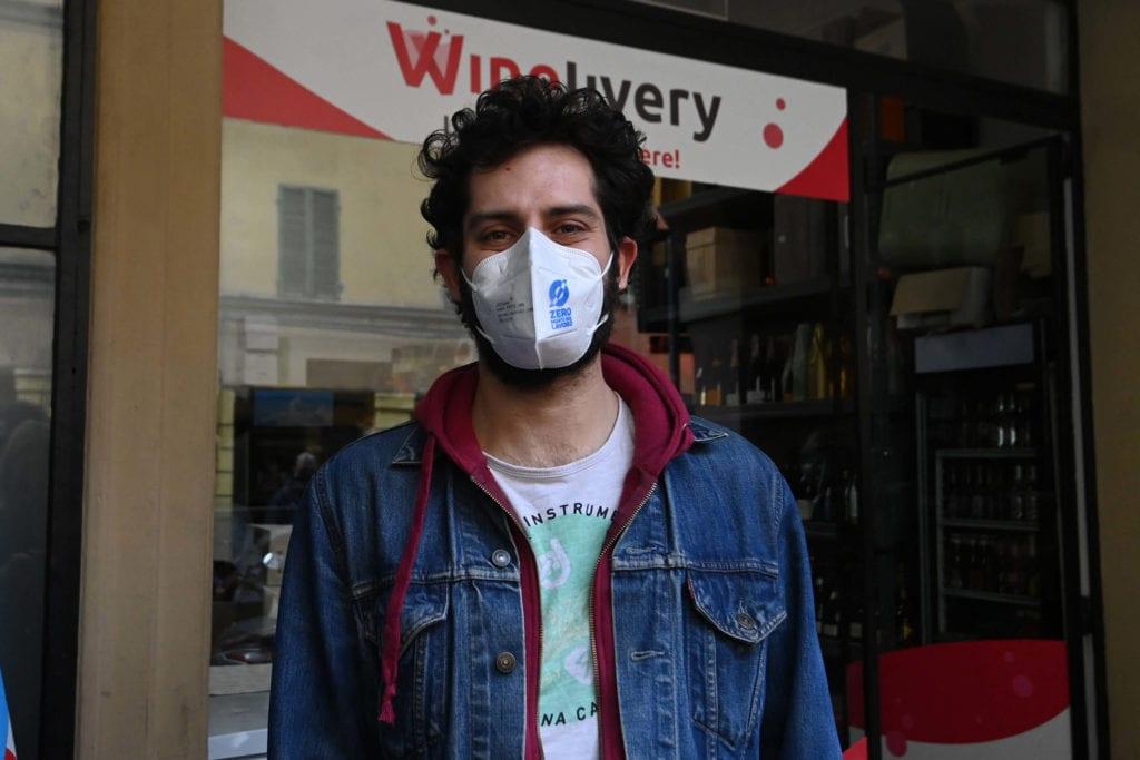winelivery-reintegra-il-rider-'ribelle'-che-il-25-aprile-aveva-strappato-biglietto-inneggiante-al-duce