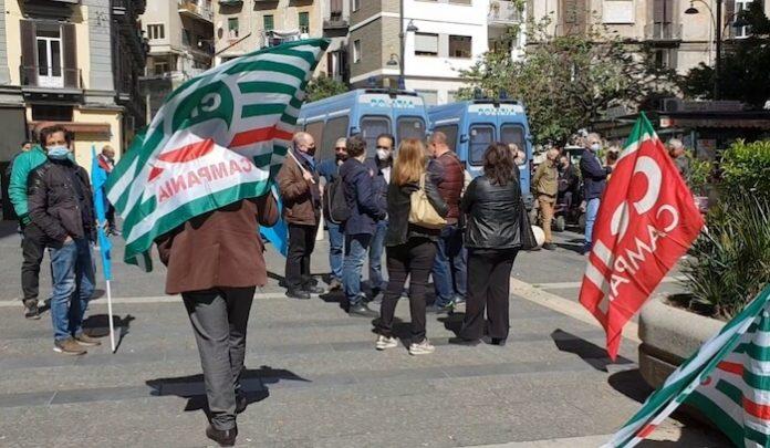 """sit-in-sindacati-fuori-la-regione-campania:-""""stabilizzare-gli-lsu,-precari-da-25-anni"""""""