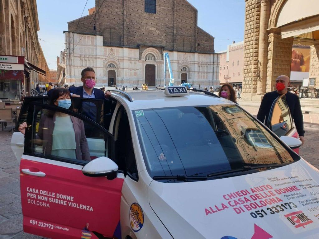 a-bologna-il-taxi-di-redsox-promuove-la-casa-delle-donne-per-non-subire-violenza