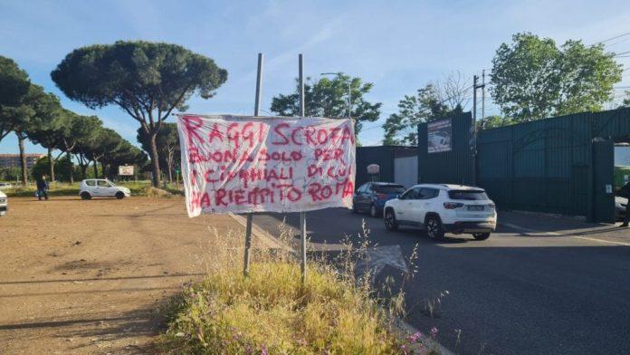 roma,-striscione-shock-contro-la-sindaca-raggi-in-viale-togliatti