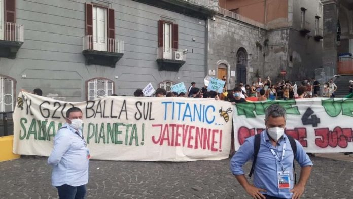 """attivisti-forzano-le-transenne-in-piazza-del-plebiscito-a-napoli:-""""""""il-g20-balla-sul-titanic.-jatevenne"""""""