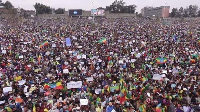 migliaia-di-persone-in-piazza-ad-addis-abeba-per-manifestare-il-sostegno-al-governo